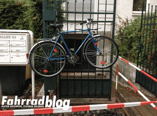 Fahrrad am Zaun wegen Baustelle