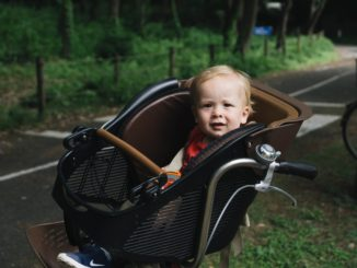 Kind im Fahrradsitz vorne
